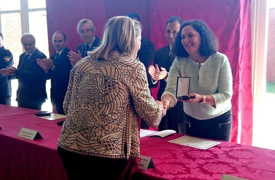 El papa Francisco llega a Ciudad Juárez.Olga Basterrechea, presidenta de Asfedro, recogiendo la medalla de manos de Belén do Campo.