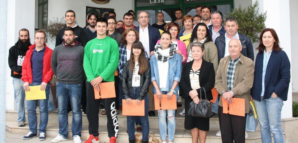 Los representantes del mundo del deporte y la cultura de Cerceda, tras firmar el convenio municipal.