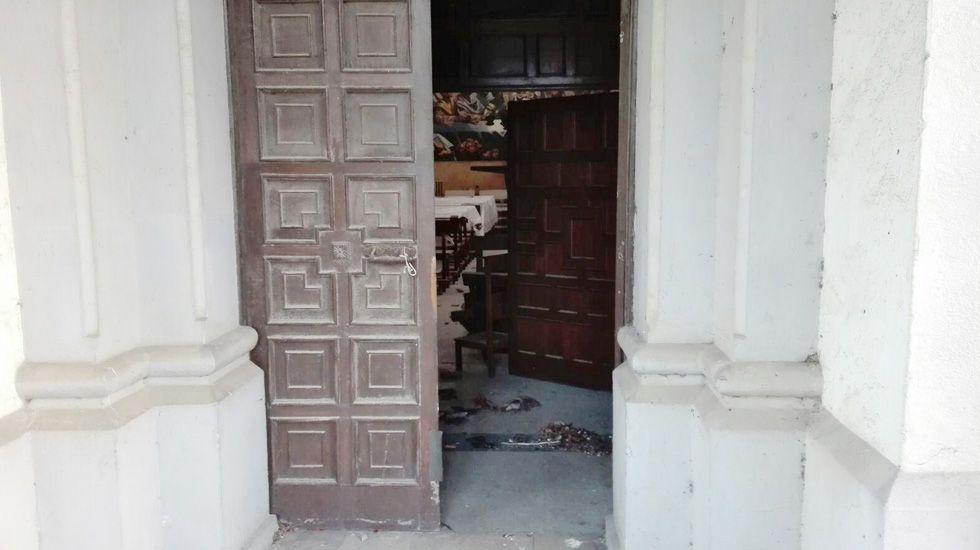 Protesta del personal de limpieza subcontratado del HUCA, delante de la Junta General.Las puertas de la capilla de La Cadellada, con la pintura mural «La última cena» al fondo