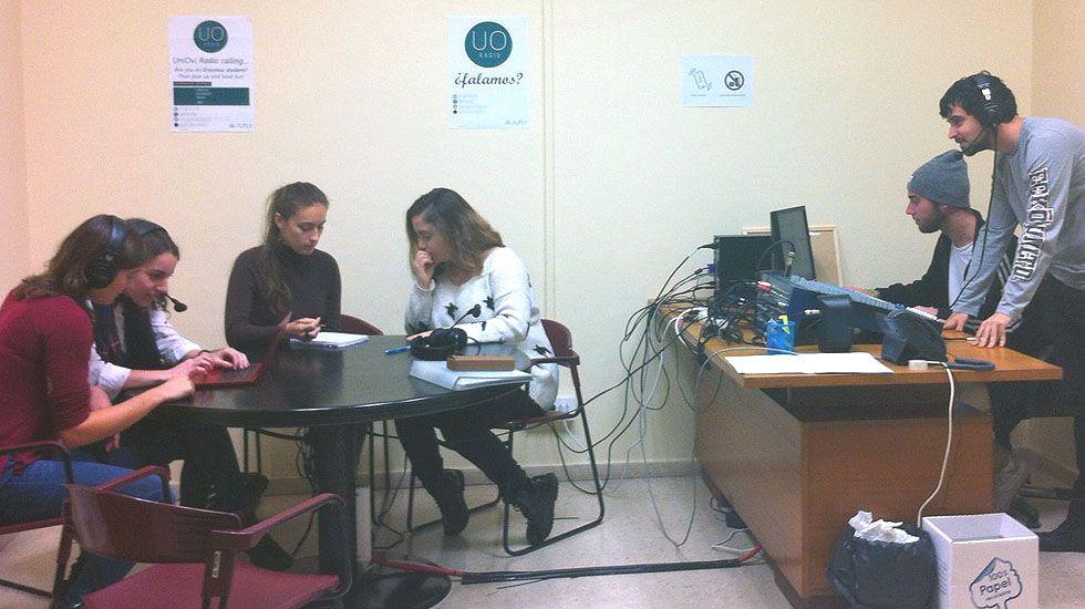 Alumnos en el estudio de Uniovi Radio