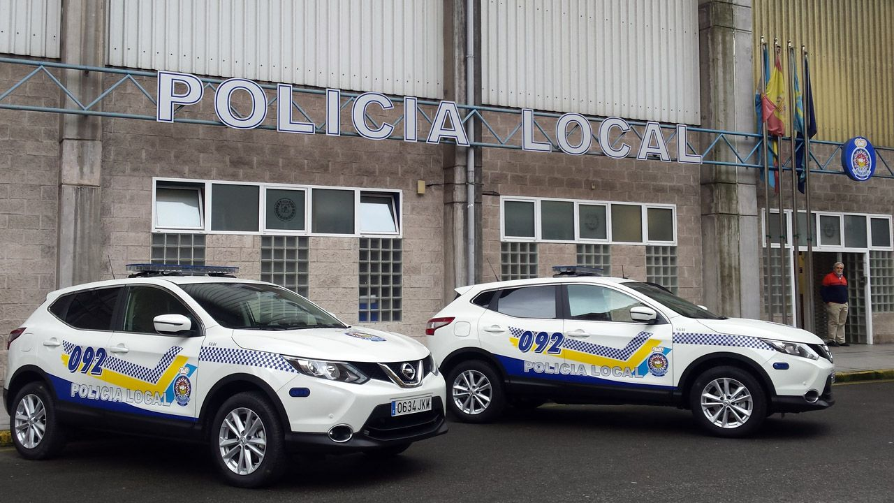 La Policía Local se vio superada para disuadir a centenares de personas bebiendo en la calle.Policía Local de Avilés