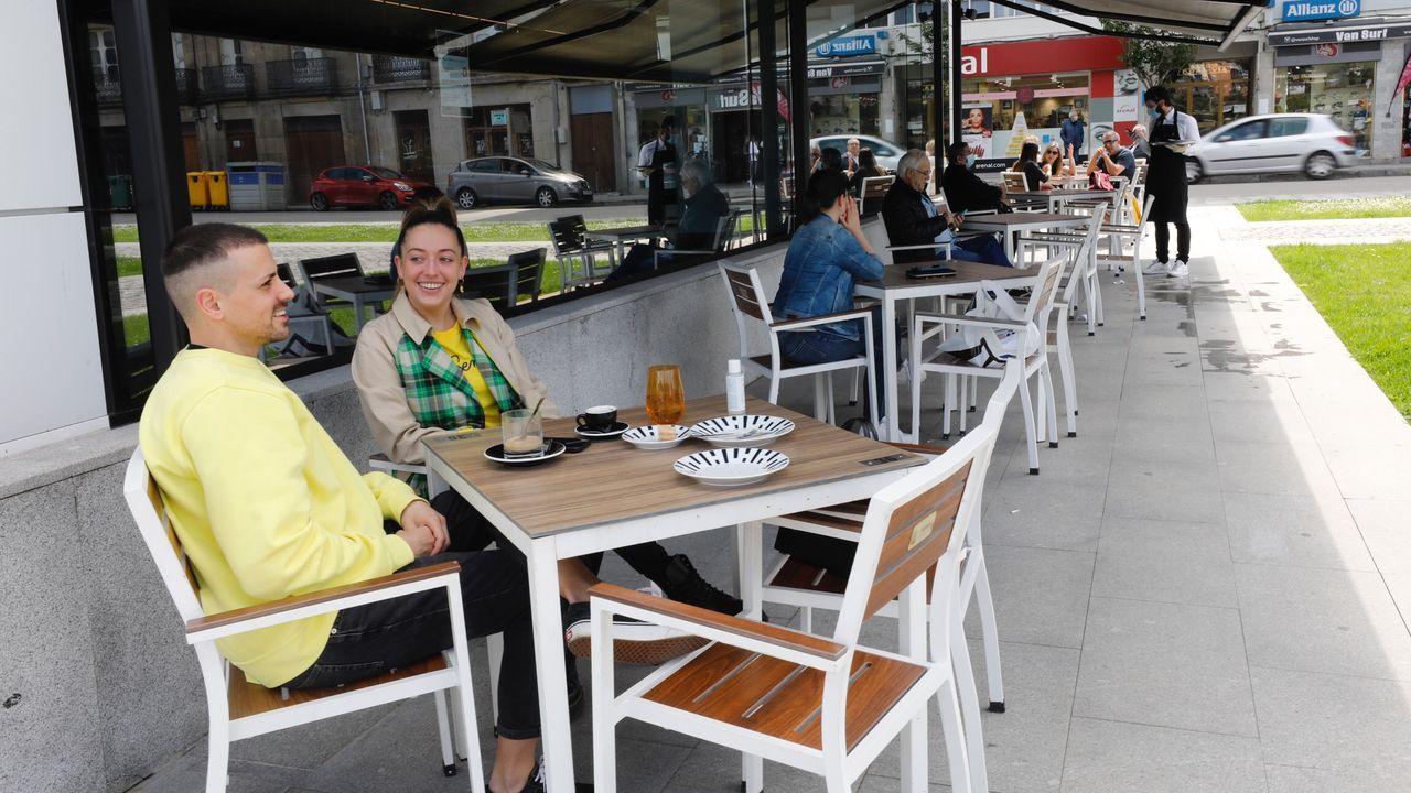 Clientes en la terraza del hotel Urban, en Viveiro