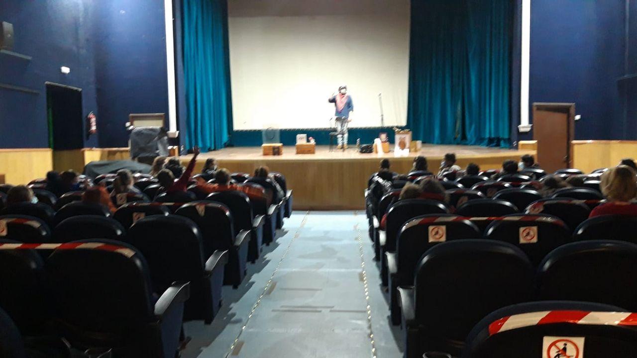 Caxoto, durante os contos que ofreceu no teatro de Ribadeo con Educando en Familia