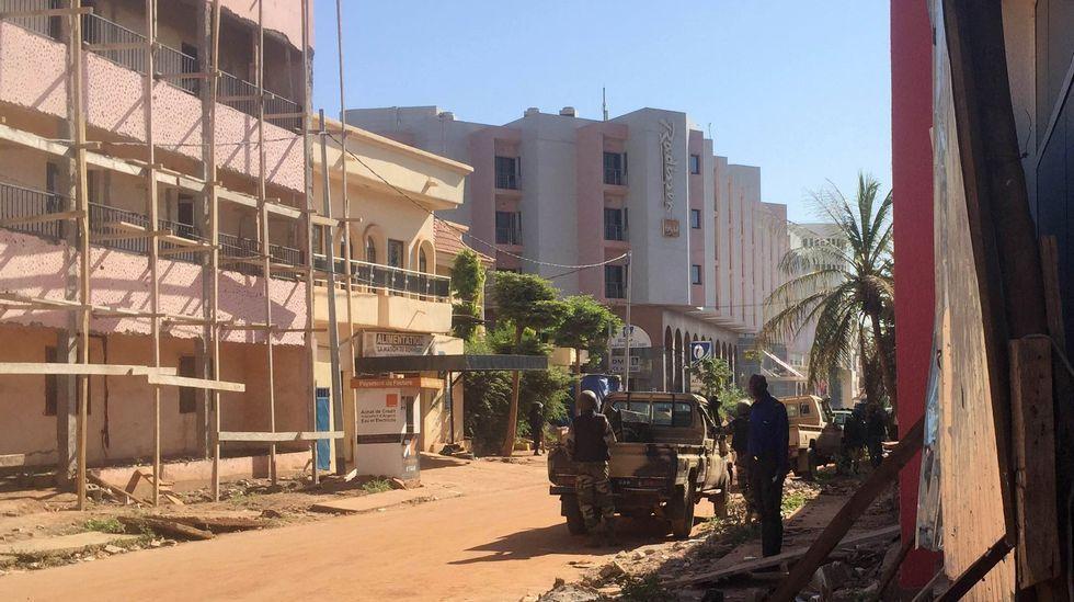 ¿Qué está pasando en Mali?.Soldados de Mali, en el exterior del hotel Radisson, tomado por yihadistas