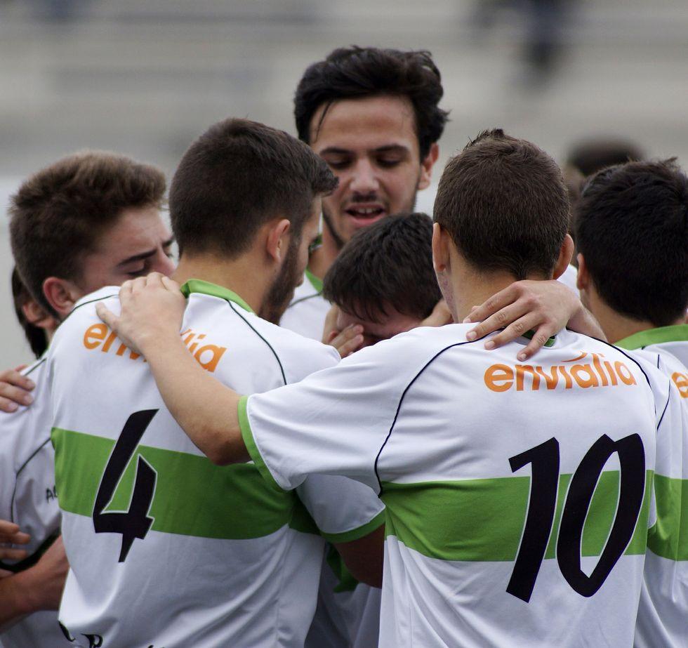 Los canteranos de la Unión celebran un gol al Porriño.