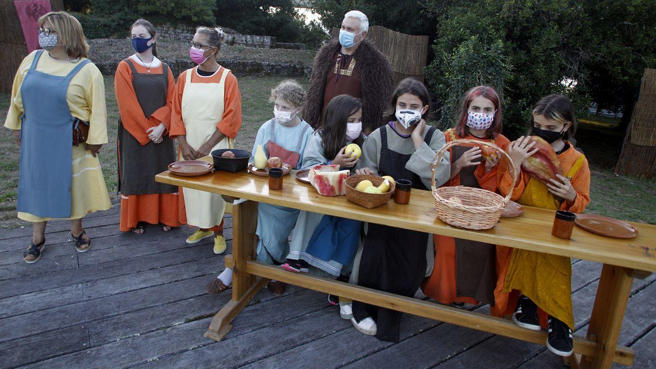 Os vikingos chegaron a Catoira pese ao covid.Las pruebas deben realizarse en una sala exclusiva, como la que ha reservado la farmacia Rolán, en Vilagarcía