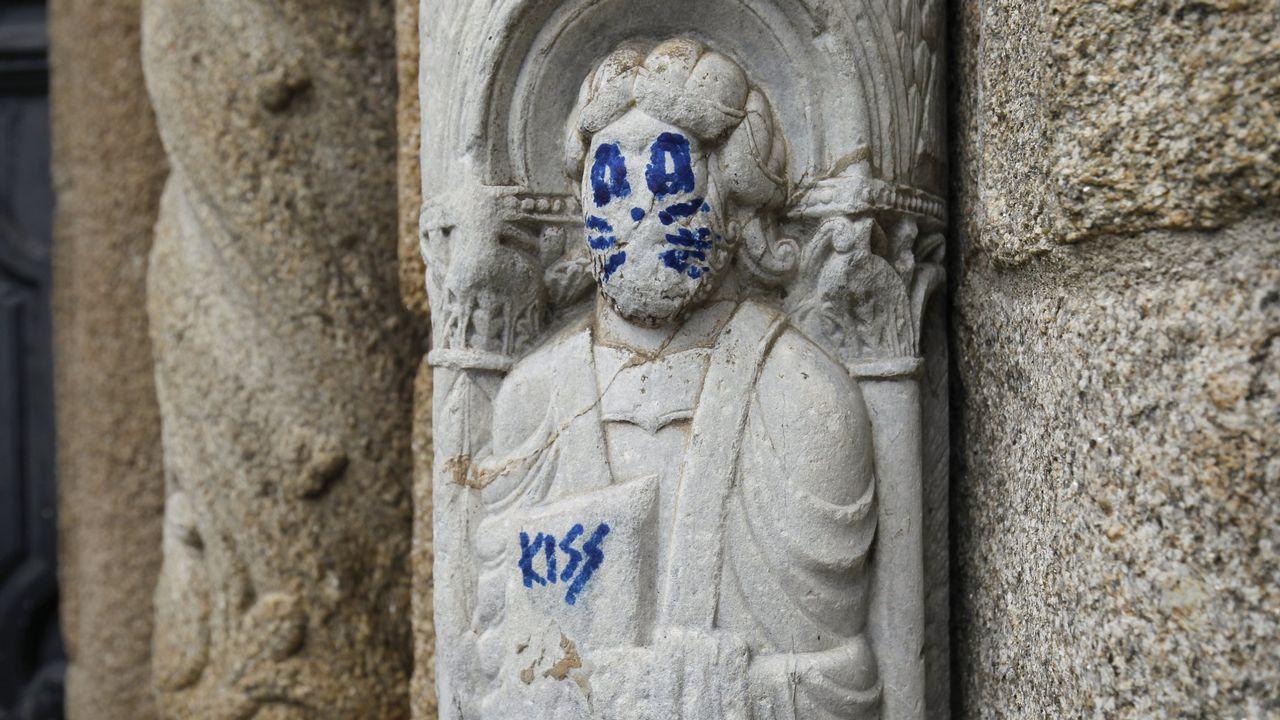 Una de las esculturas de la fachada de Praterías apareció con una pintada el pasado agosto