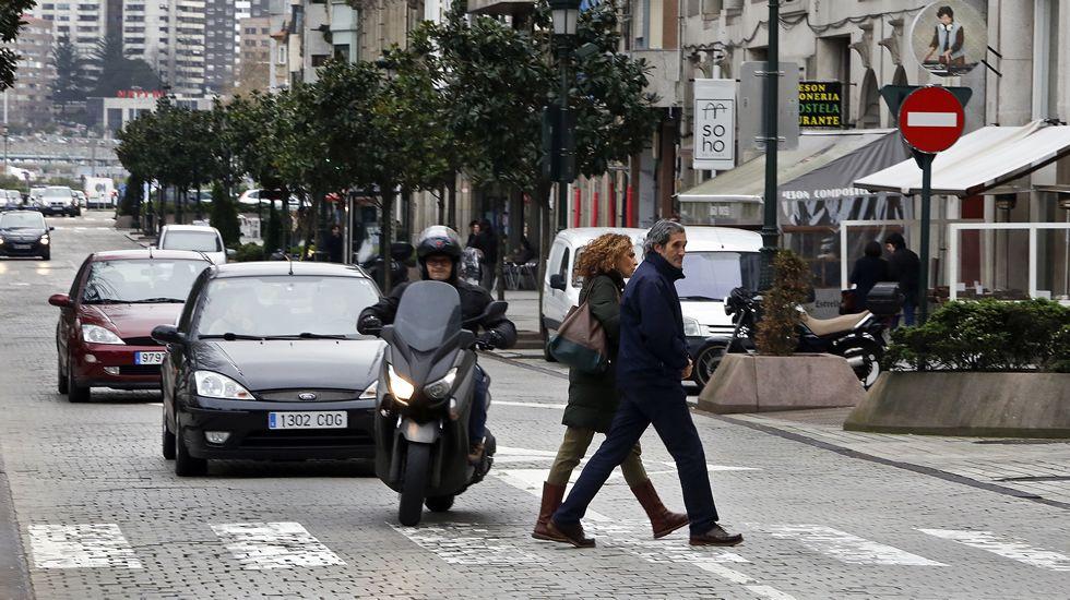 VIGO | 56 bien y 1 mal | En el paso de peatones de la plaza de Compostela, entre las 16.52 y las 17.02 de ayer pasaron 58 vehículos. Uno de ellos pasó mientras cruzaba un peatón y no se detuvo para cederle el paso