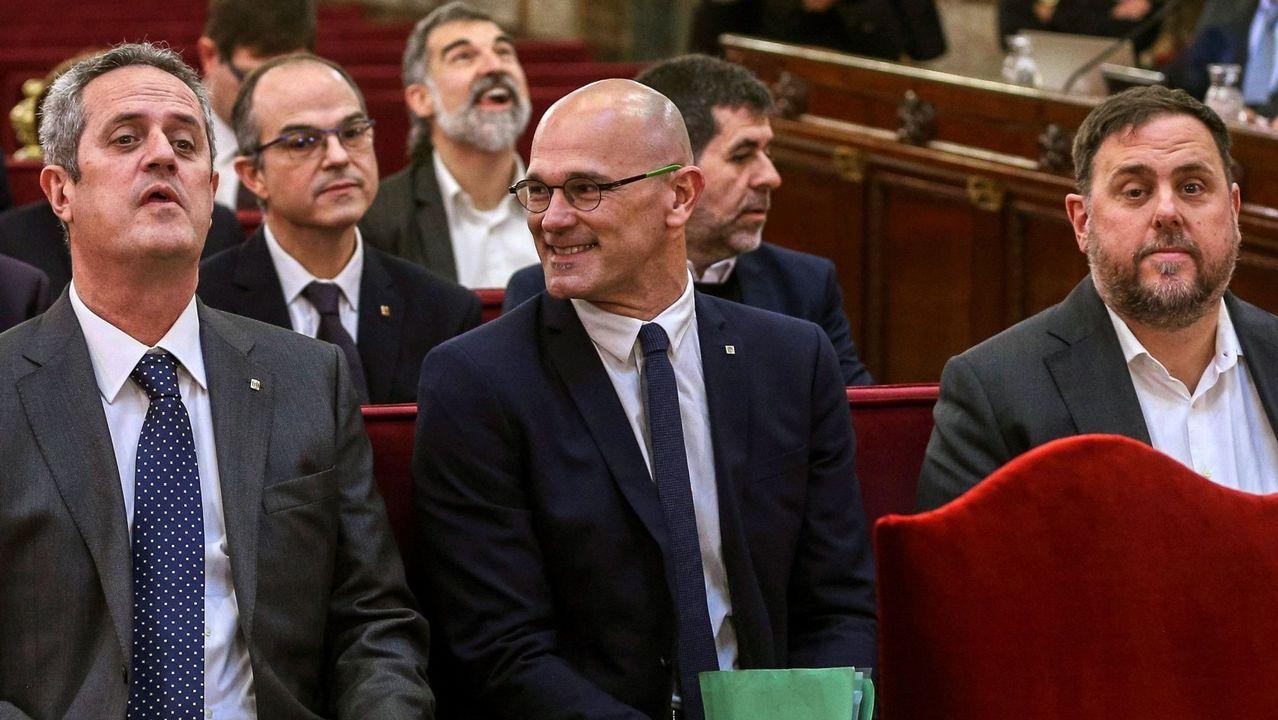 Jordi Turull -que en la foto saluda con la mano a Torra en la primera sesión del juicio— será el acusado que preste declaración esta mañana, con la que comenzará la segunda semana de la vista oral.