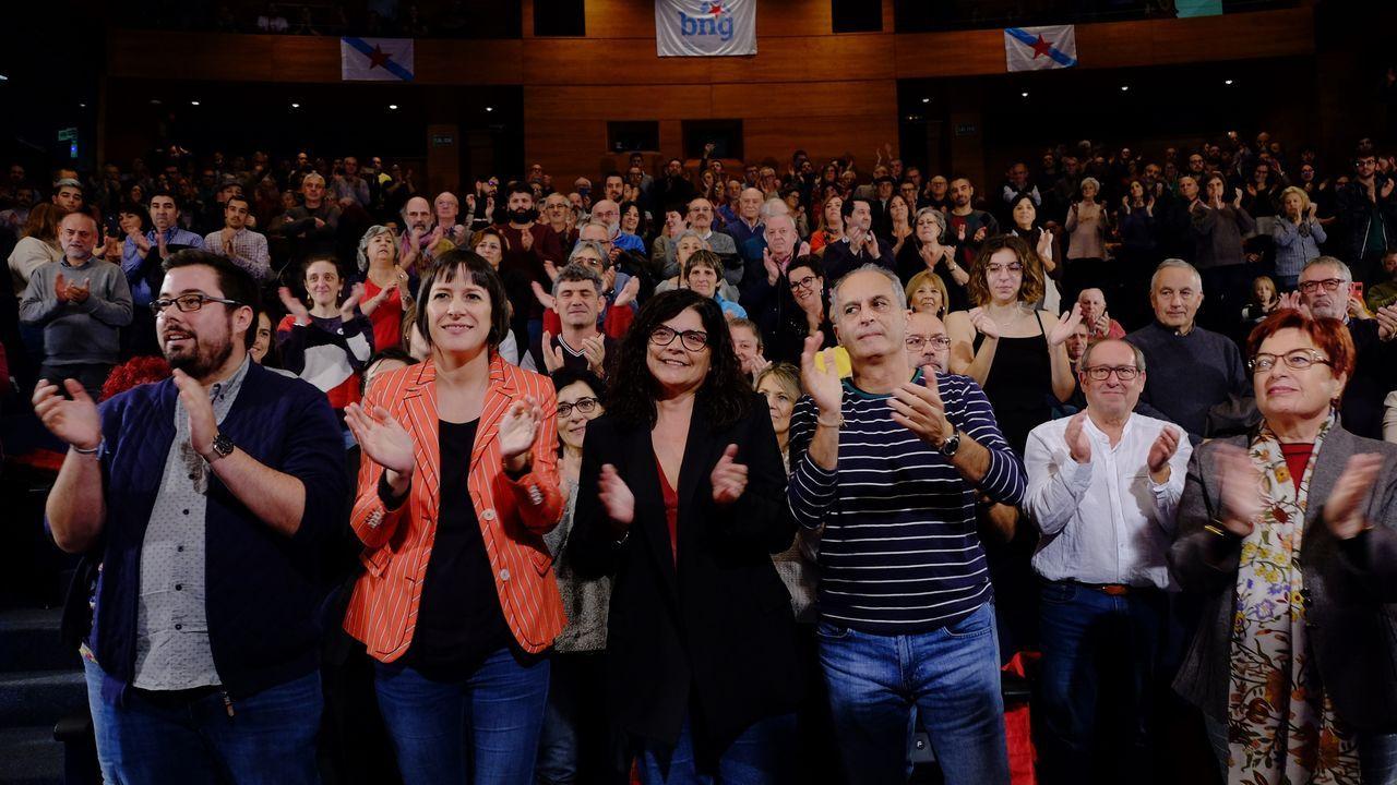 El PSOE cierra campaña en Vimianzo.Una mesa en un colegio electoral en Oviedo durante la jornada de elecciones generales