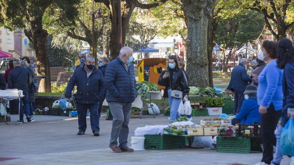 Mercado, ayer, en Carballo, menos concurrido que antes de la pandemia