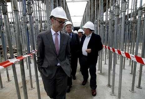 El nuevo ejecutivo municipal de Santiago.El conselleiro recorrió las obras del nuevo colegio de Betanzos, de cinco aulas.