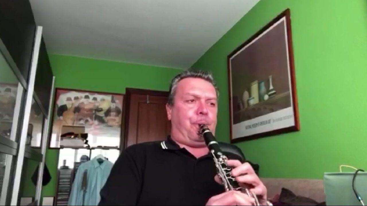 El director de la Banda Municipal de Música de Betanzos, Juan Ferrer, tocando.Rodri Ríos celebra el tanto anotado en Vallecas