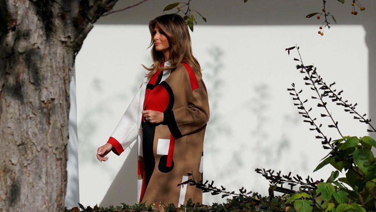 Melania Trump con su atrevido abrigo de inspiración abstracta