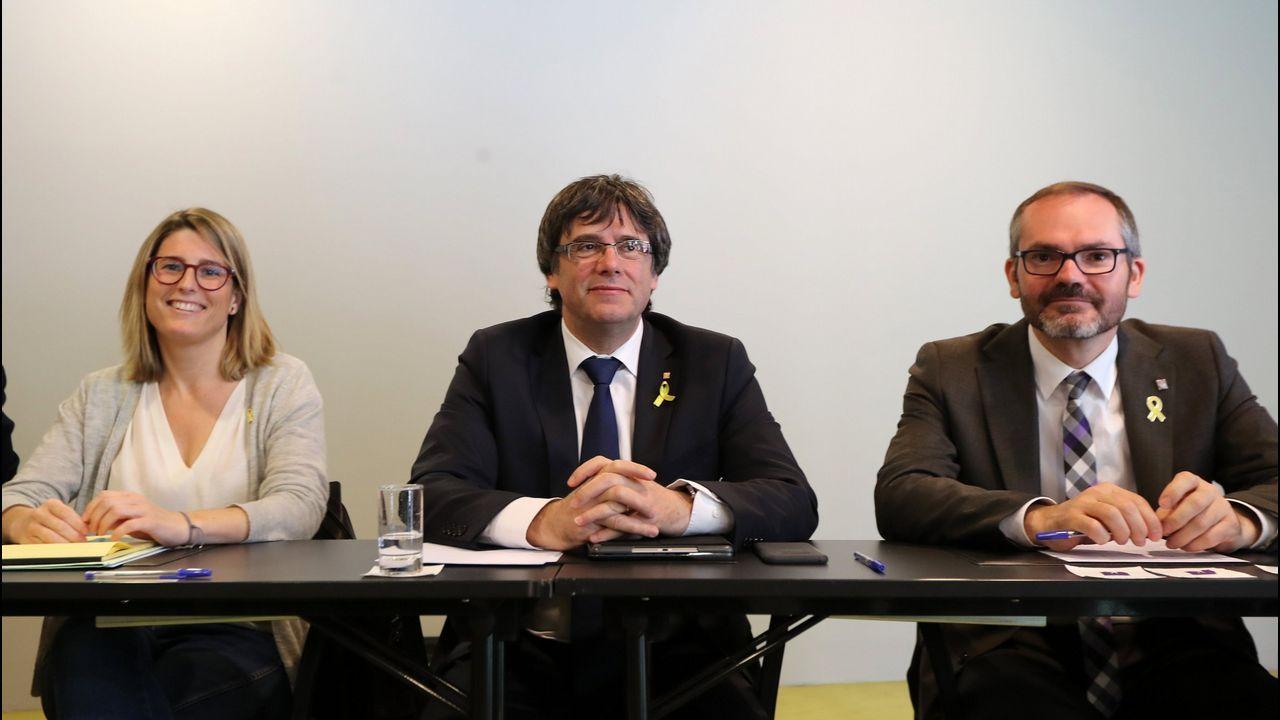 El presidente del Gobierno, Mariano Rajoy, saluda a la presidenta de la Fundación Víctimas del Terrorismo, Mari Mar Blanco, a su llegada a la reunión mantenida con representantes de asociaciones de víctimas del terrorismo en el Palacio de la Moncloa