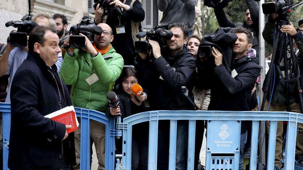 Abucheos a la salida de Urdangarin de la Audiencia.Diego Torres