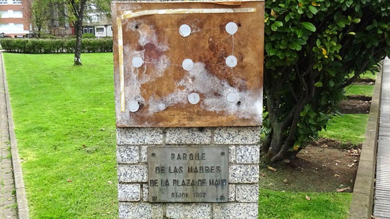 Estado en el que se encuentra la placa que recuerda a las mujeres fusiladas por el franquismo en Gijón, con la tierra removida en su base.Estado del monumento con la placa desaparecida