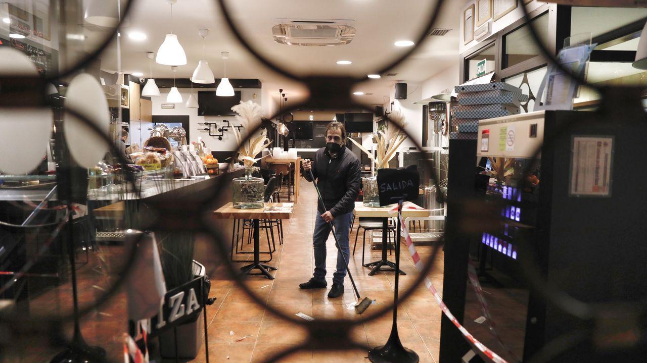 Preparativos en la cafetería Niza, en Ourense, ante una posible reapertura
