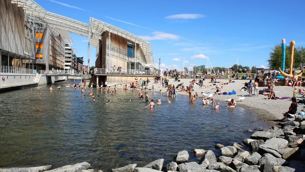 Oslo. La capital noruega sufrió una crisis industrial en los años setenta que redujo la actividad portuaria, destinando parte de los muelles a la vida urbana con barrios residenciales, zonas de ocio y edificios como el museo de Arte Moderno y el de la Ópera, entre otros.