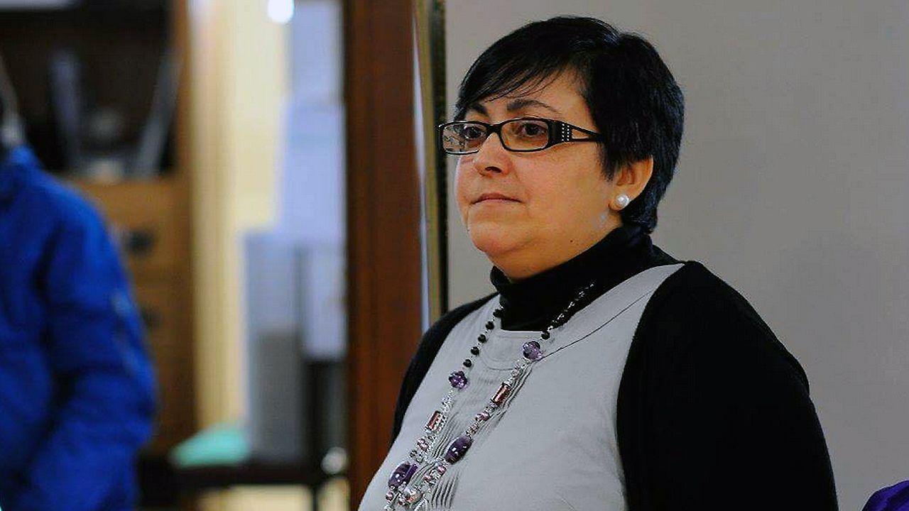 Un grupo de pacientes consulta la ubicación de los servicios en las consultas externas del HUCA.Vanesa Llaneza