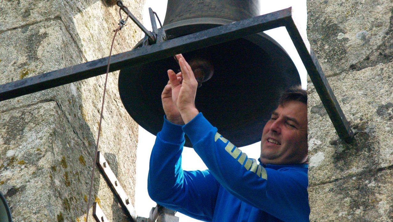 Un veciño fai repicar as campás da igrexa parroquial de Camporramiro, este domingo ás doce do mediodía