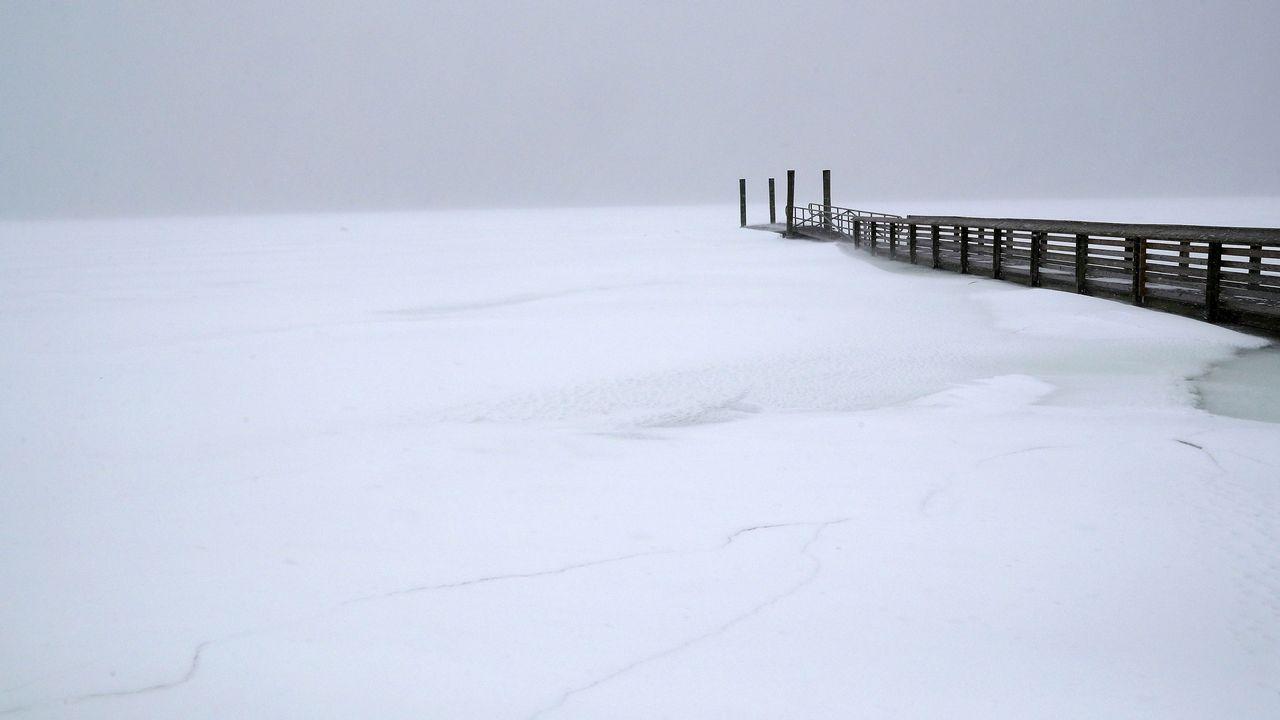 Muelle sobre la superficie congelada, en Long Island