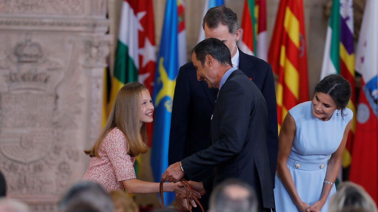 La princesa Leonor saluda a uno de los galardonados