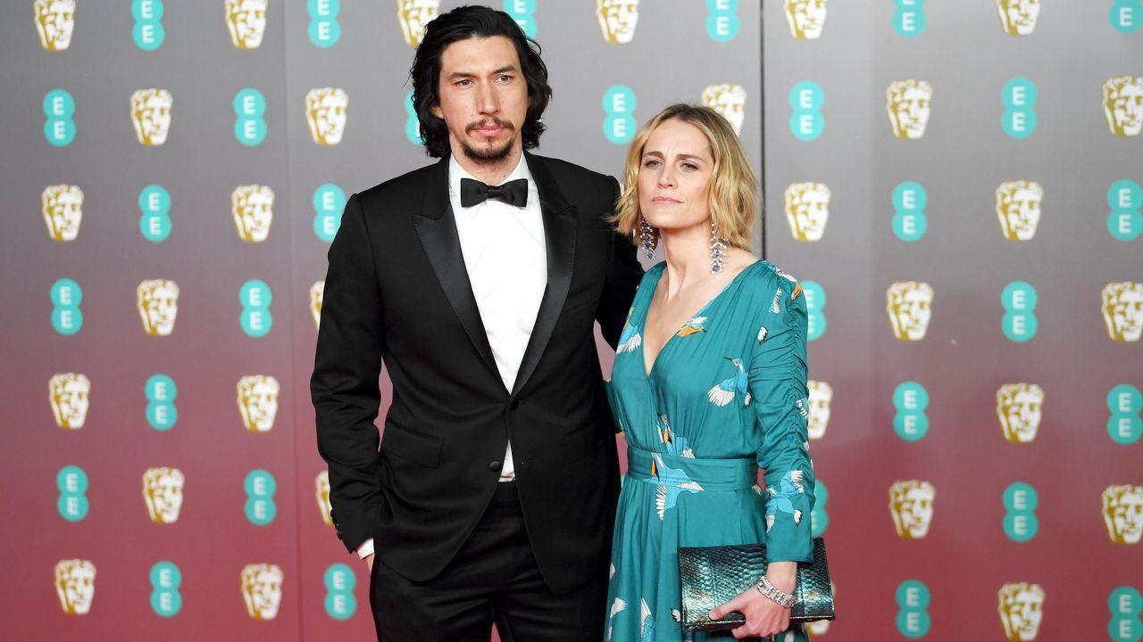 Adam Driver y Joanne Tucker, posando en la alfombra roja