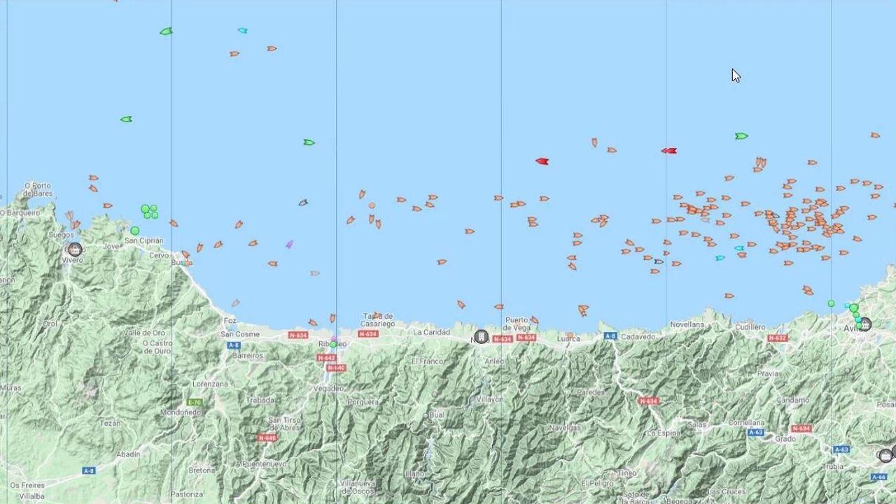 Vídeo de la protesta de la bajura en Burela.A las nueve y media de la mañana de este martes, el mapa de MarineTraffic indica que los pesqueros, señalizados con símbolos naranja, se han desplazado hacia el este, siguiendo al bocarte que el lunes, con un banco colosal, concentró a casi toda la flota cerquera frente a A Mariña. Ahora faenan a la altura de Avilés, en Asturias