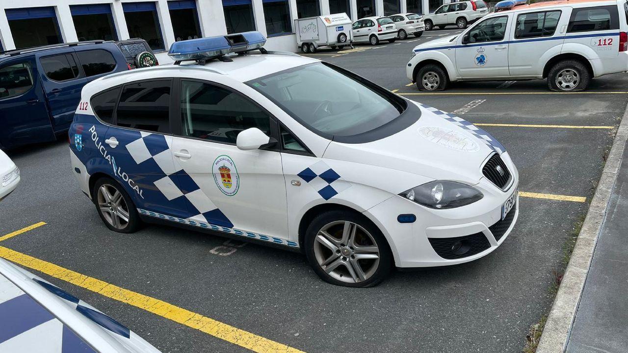 Dos coches de la Policía Local y uno de Protección Civil aparecieron el lunes con dos ruedas rajadas cada uno de ellos