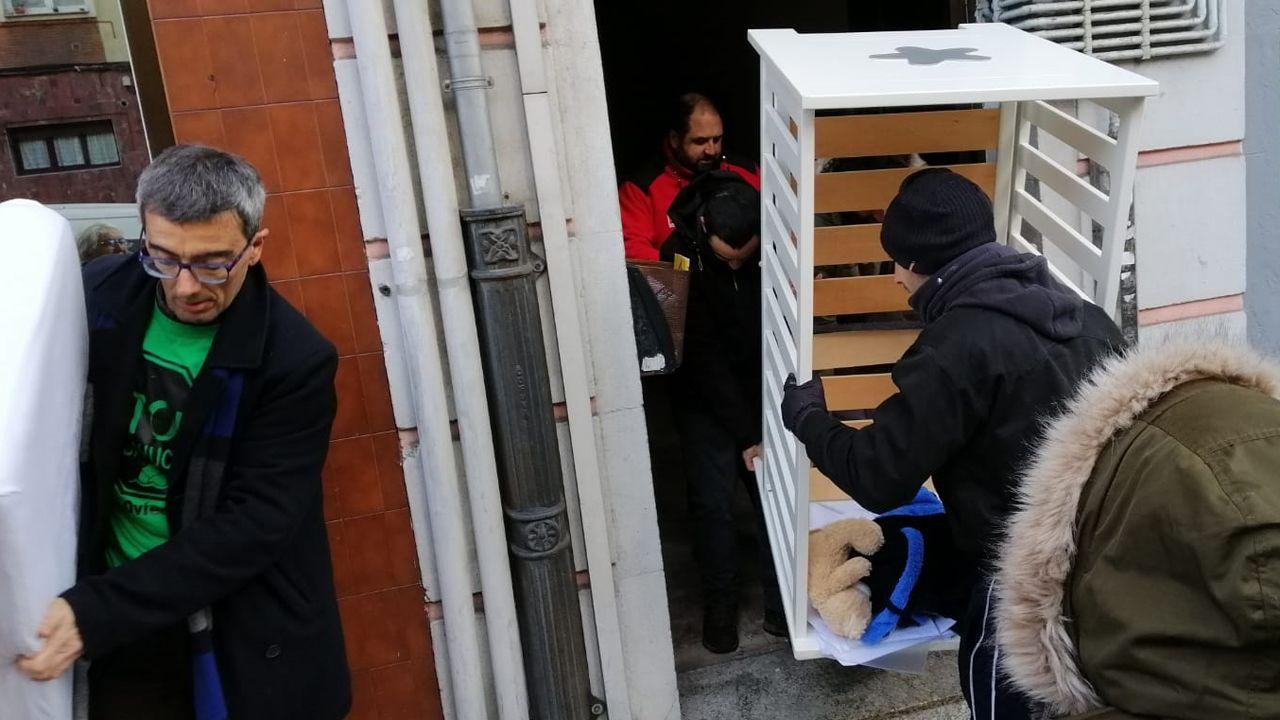 Miembros de ls PAH ayudan a vacíar el piso tras el desahucio