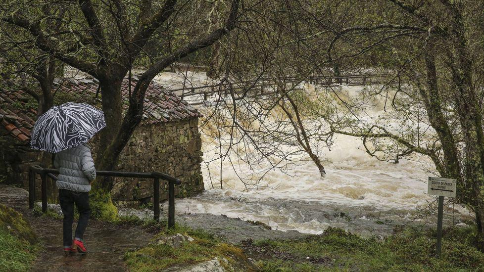 El río Anllóns, desbordado en Coristanco.