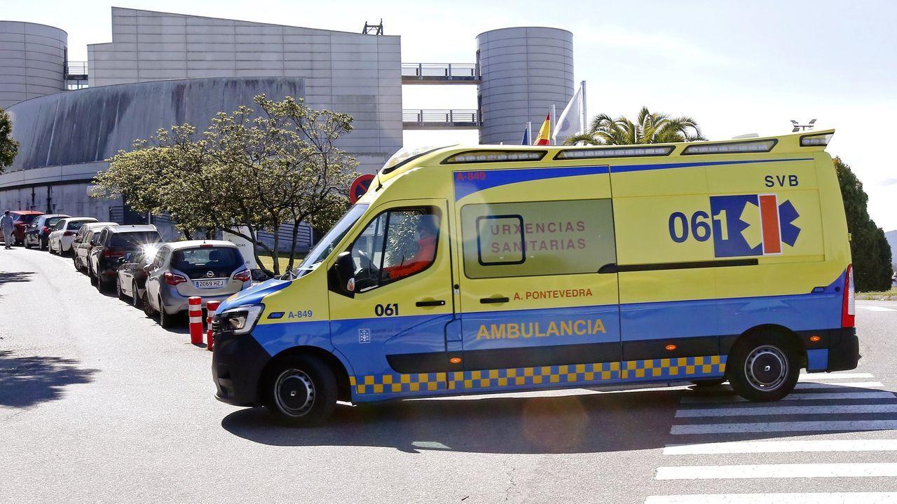 Una ambulancia, accediendo al hospital Montecelo, en Pontevedra