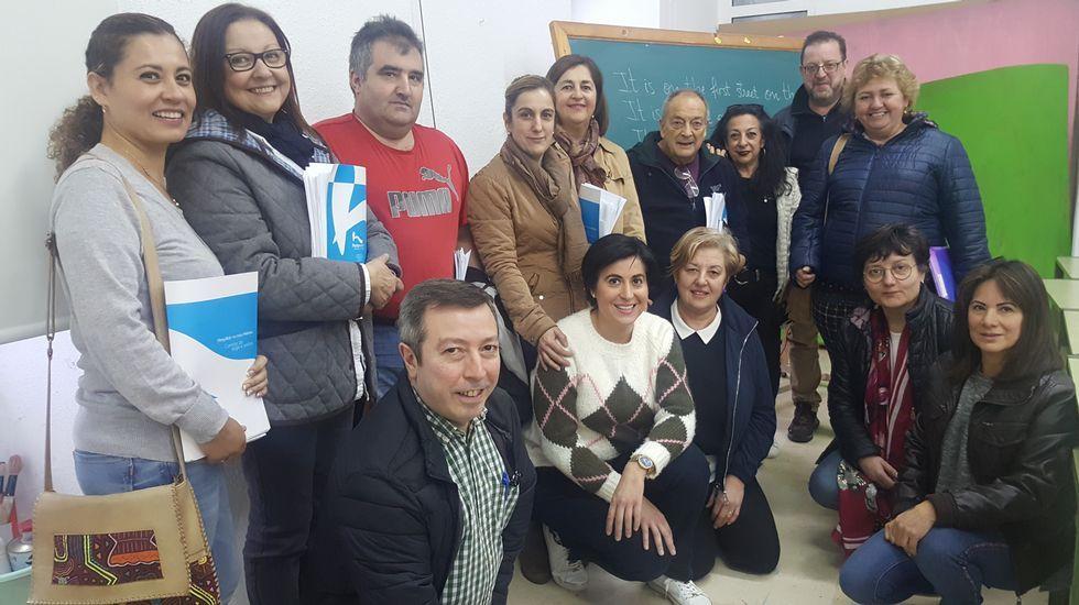 Visita de Feijóo a Becerreá saludando a Manuel Martínez