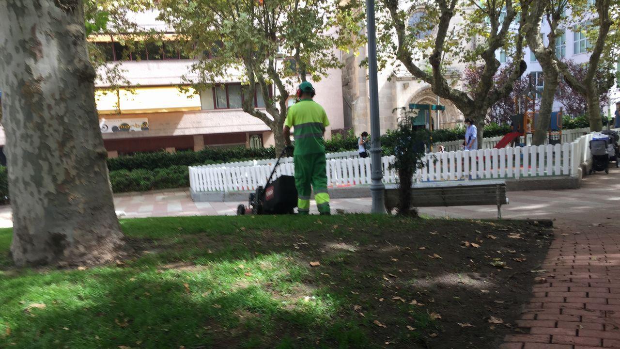 Varios operarios trabajaron este lunes para adecentar el parque de nuevo