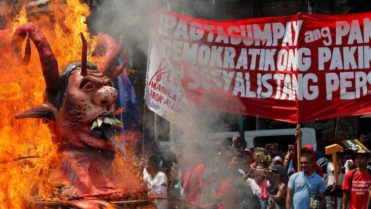 Activistas queman un muñeco que representa al presidente filipino, Rodrigo Duterte, durante una manifestación por el Primero de Mayo, en Manila (Filipinas).