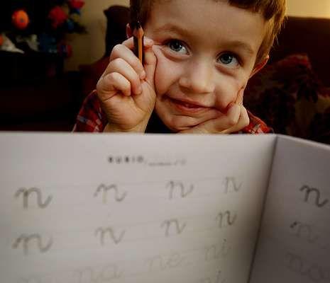 Un alumno muestra sus progresos con el arte de la escritura a mano y cómo hace las letras.