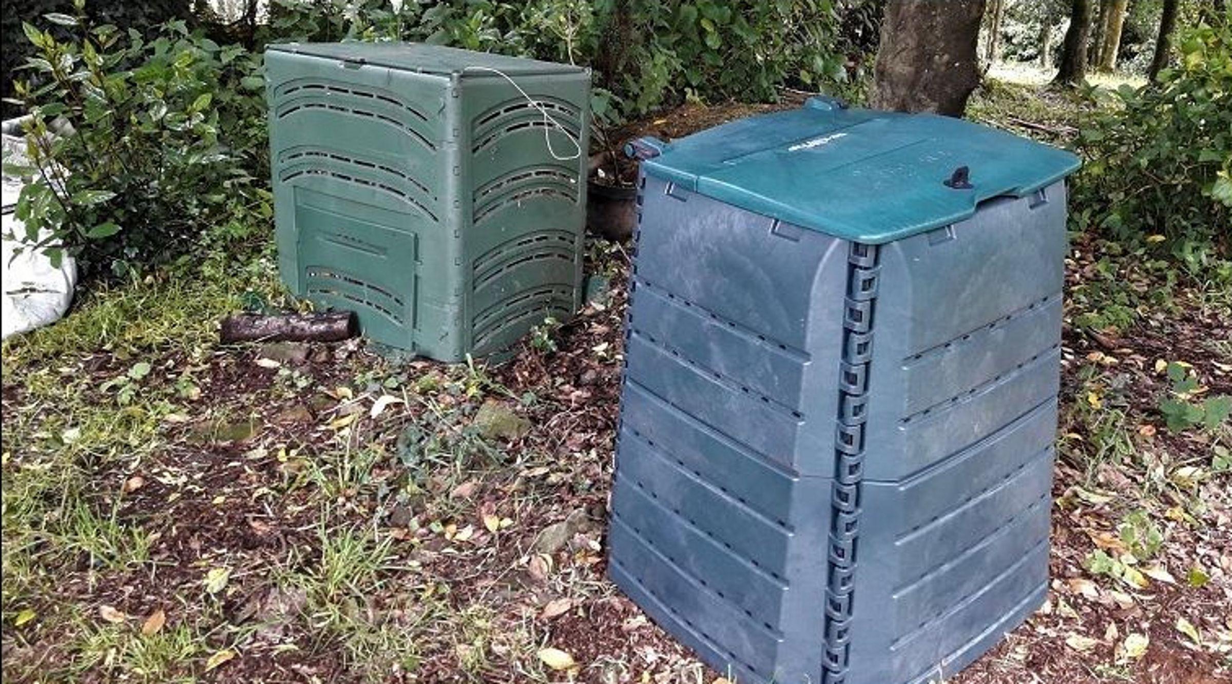 Recogida del colector marrón (compost) en las calles de Pontevedra