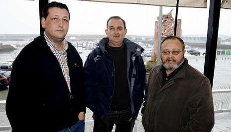 José Manuel Traba, Manuel Martínez y Xan García, al término de la reunión de ayer en Fisterra.