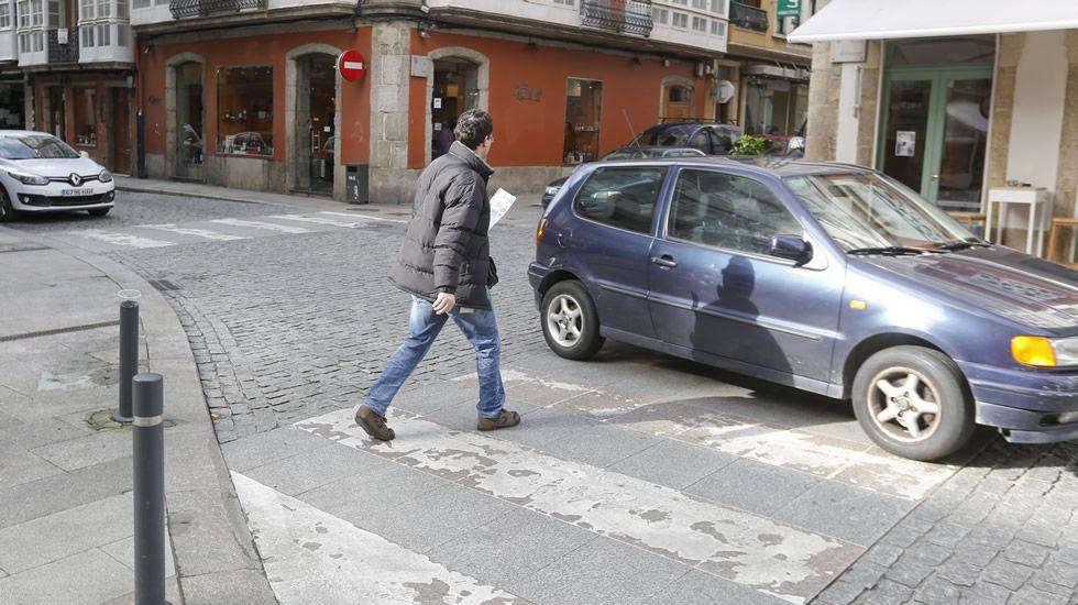 FERROL | 83 bien y 2 mal | En el cruce de la plaza de Callao pasaron 85 vehículos. De ellos solo dos no respetaron el paso de peatones.