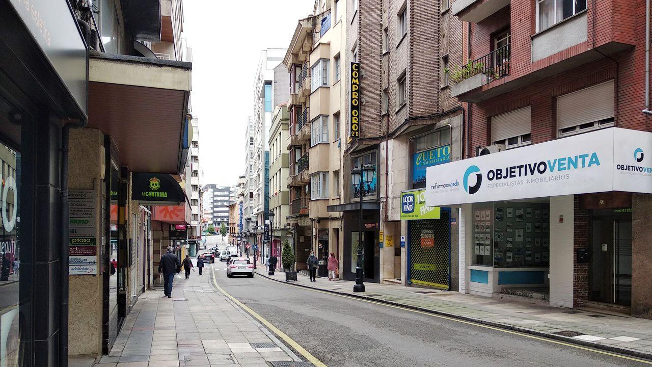 Calle Covadonga de Oviedo, una de las pocas que aún quedan sin peatonalizar en la zona comercial del centro