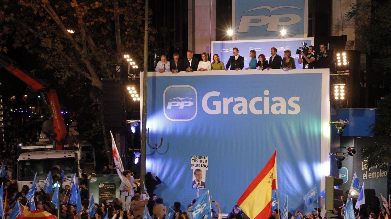 NOVIEMBRE 2011. Mariano Rajoy y su equipo celebran la victoria en las elecciones generales del 20N en la sede de la calle Génova