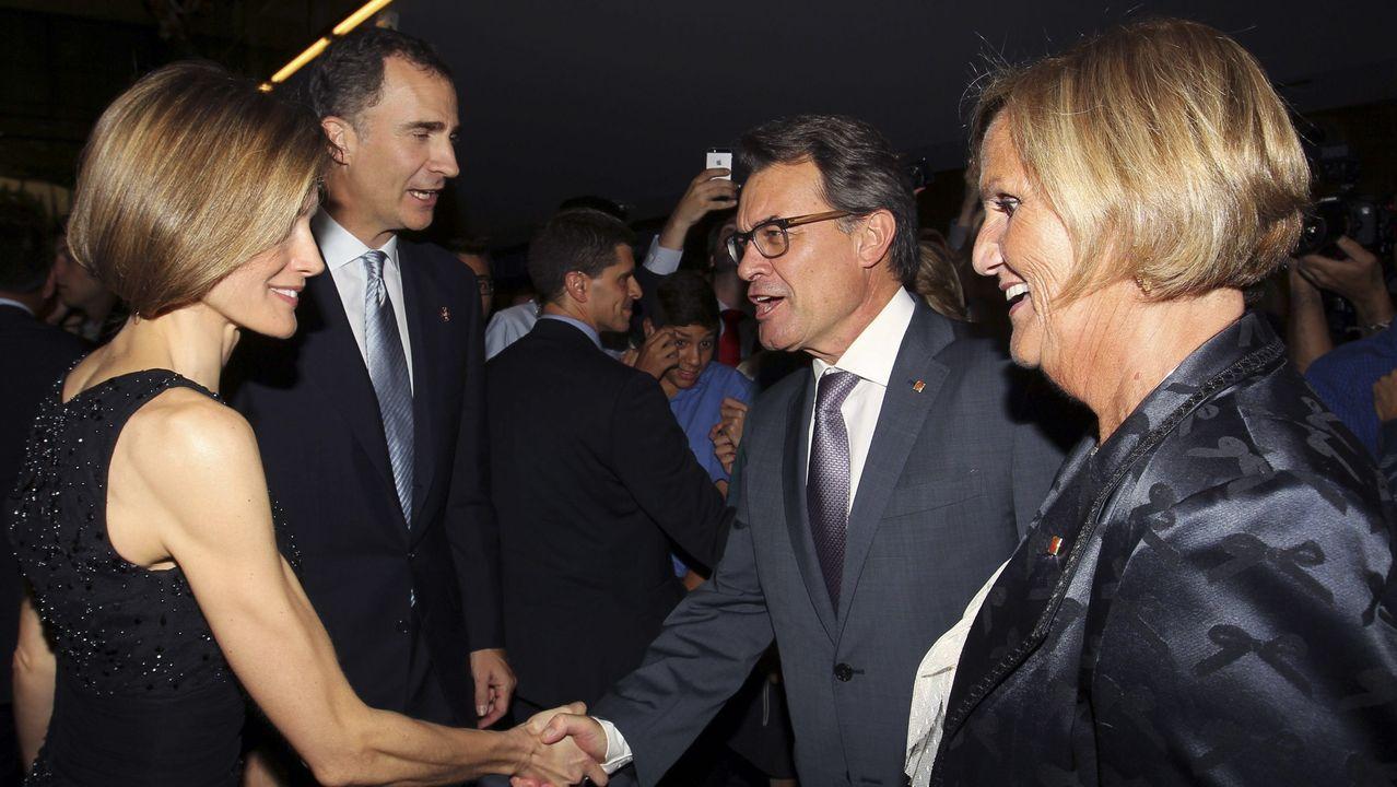 La primera visita oficial a Cataluña tras su coronación fue en junio del 2014 durante la entrega de los premios de la Fundación Príncipe de Girona. En la imagen, con Artur Mas, entonces presidente de la Generalitat y Nuria de Gispert, expresidenta del Parlament