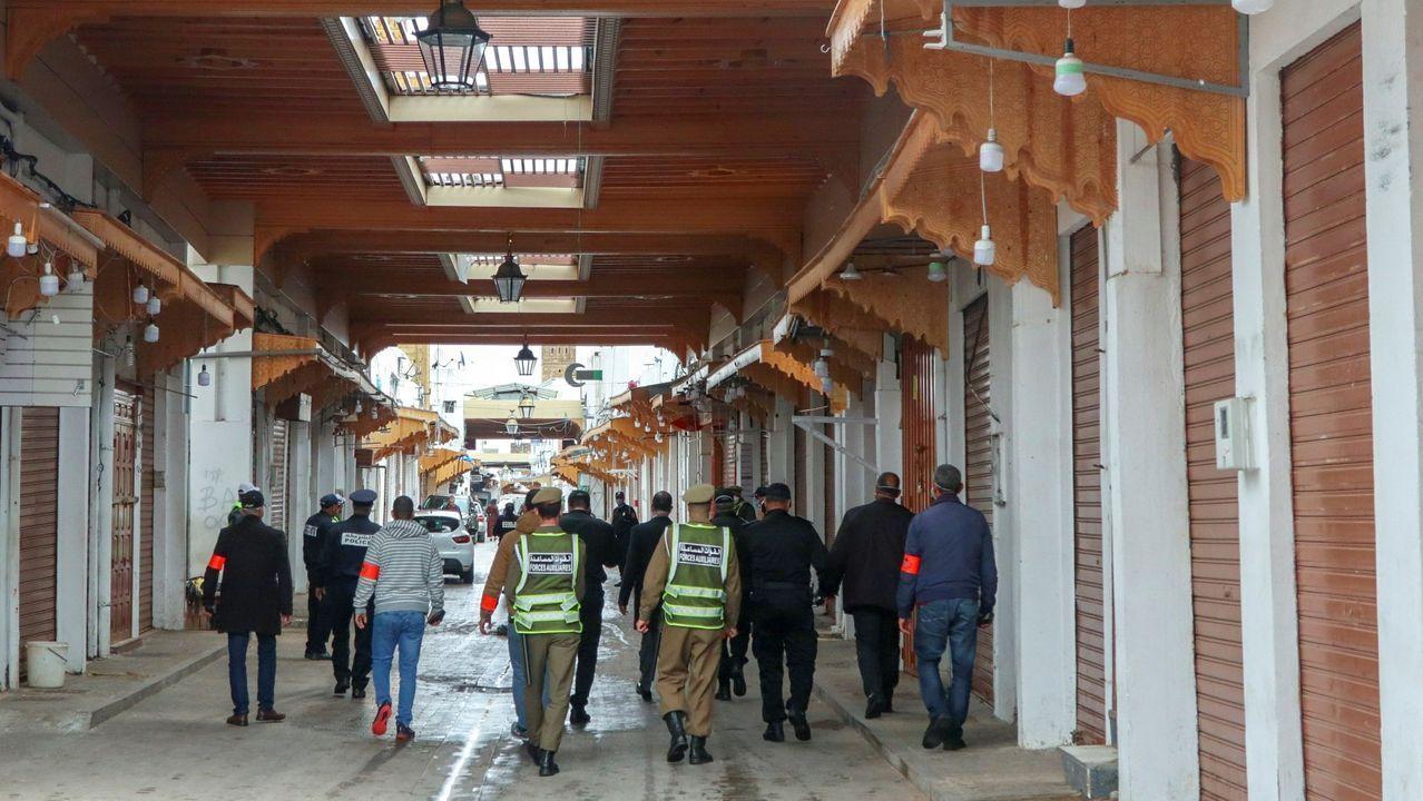 La pandemia en el mundo.Agentes policiales patrullando por las calles de Rabat para vigilar el confinamiento