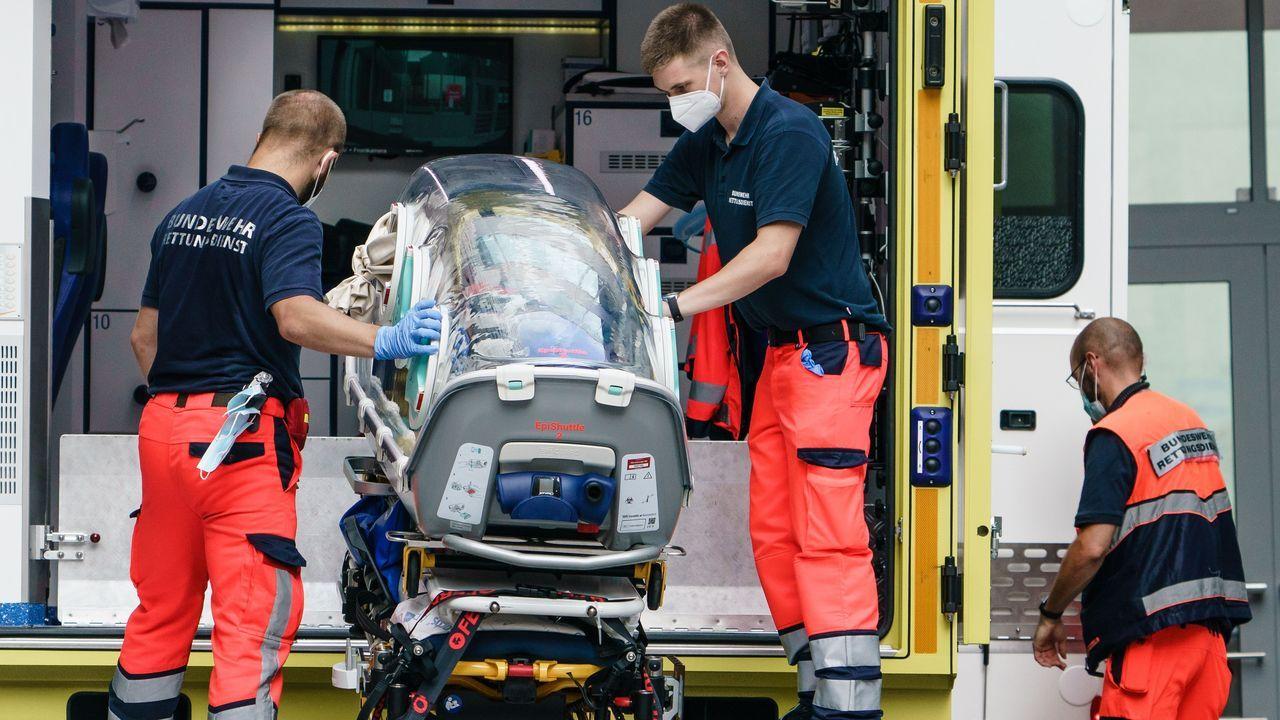 Paramédicos alemanes guardan la camilla medicalizada donde trasladaron a Navalni.Lukashenko, durante una visita a una fábrica de quesos