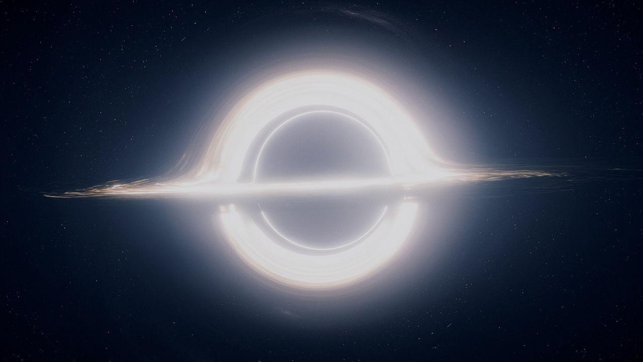 Alumnos del instituto Maruxa Mallo, de Ordes, y de otros centros gallegos hacen una prueba con un globo pequeño para el nuevo proyecto de la agencia espacial escolar, NOSA.En Gargantúa se aprecia un disco brillante, como el de Saturno, y el efecto de lente gravitacional. La parte brillante superior e inferior, en realidad, se trata de un espejismo