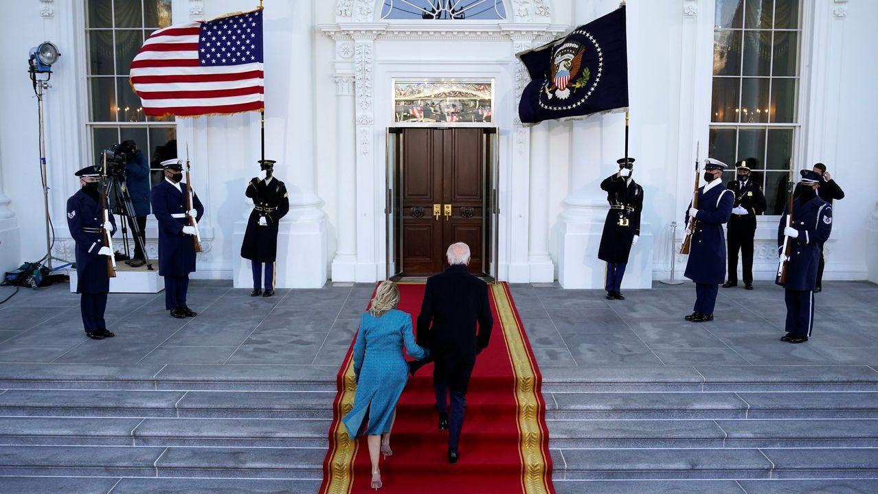 Joe y Jill Biden entran en la Casa Blanca