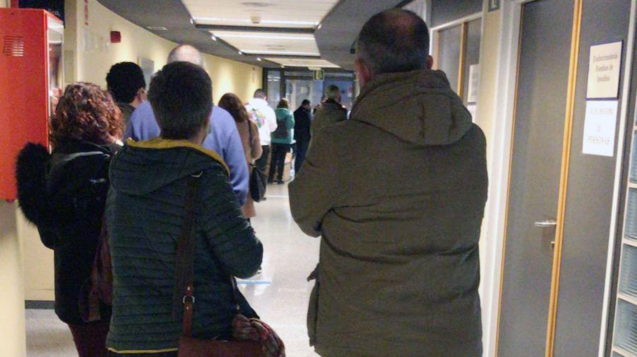 Profesores haciendo cola para vacunarse este martes en el hospital Montecelo, en Pontevedra