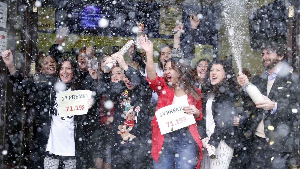 De chatarreros a millonarios.Celebración del quinto premio en la administración de loterías A Faba de Ouro de Lourenzá.
