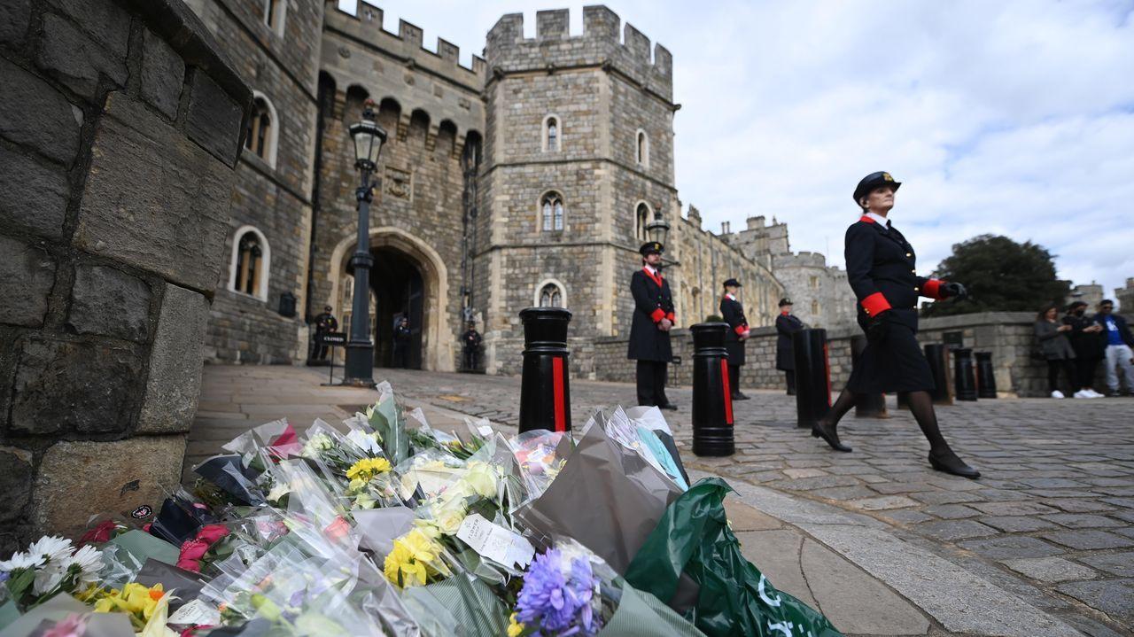 La vida de Felipe de Edimburgo, en imágenes.Flores con mensajes de condolencia en el exterior del Castillo de Windsor tras el fallecimiento del marido de la reina Isabel II